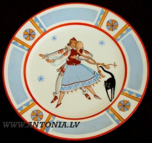 """Niklāvs Strunke (1894-1966) """"Dancis"""" 1933. Apgleznots porcelāna šķīvis """"Ripors"""", zeltījums. Diam. 25 cm Ls 1 500"""