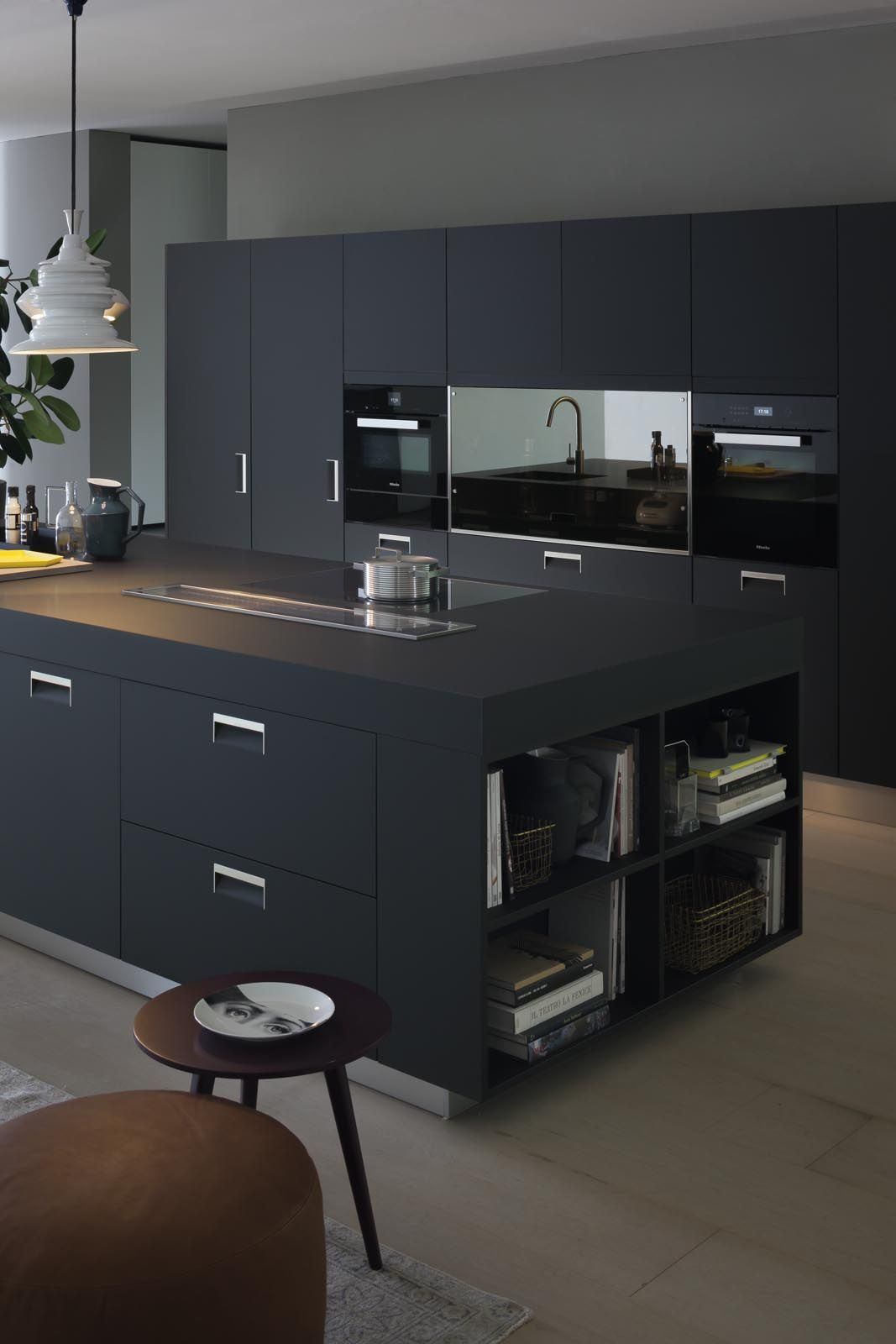 dunstabzug in der arbeitsplatte arclinea italia handle in black armour finish cabinets top. Black Bedroom Furniture Sets. Home Design Ideas