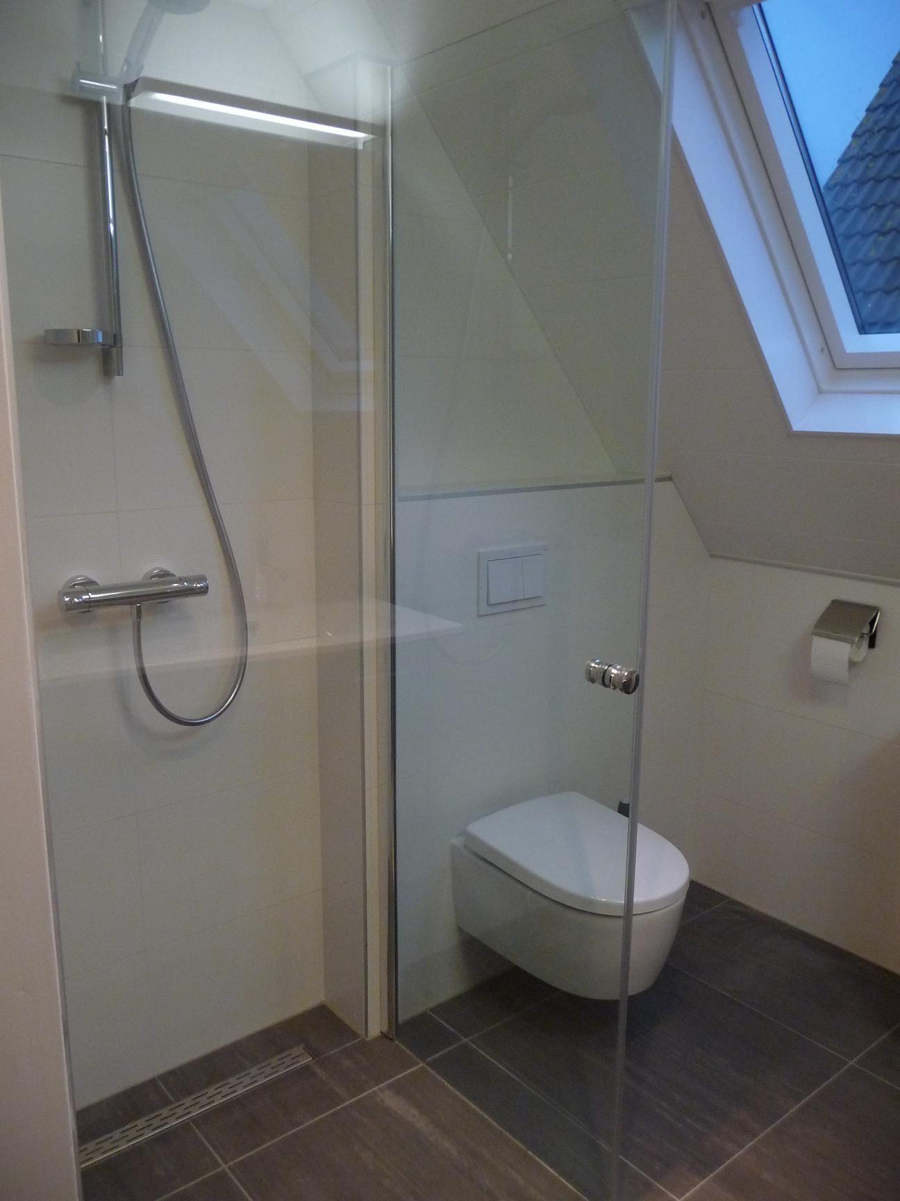 Erg kleine smalle badkamer schuin dak google zoeken badkamer pinterest bath interiors - Kleine badkamer met douche ...