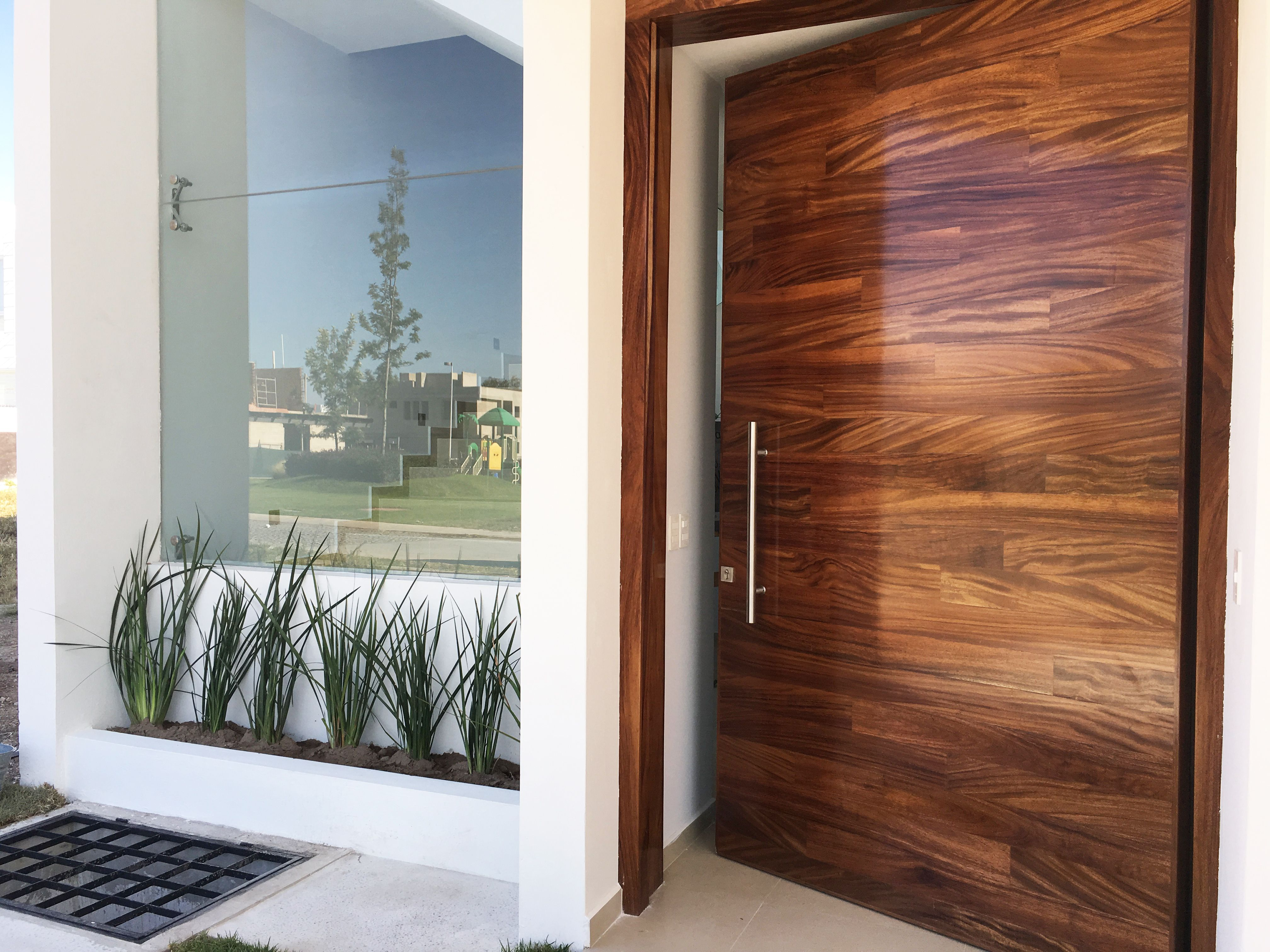 Puerta madera parota punto sur residencial planlife for Puertas de entrada de madera modernas