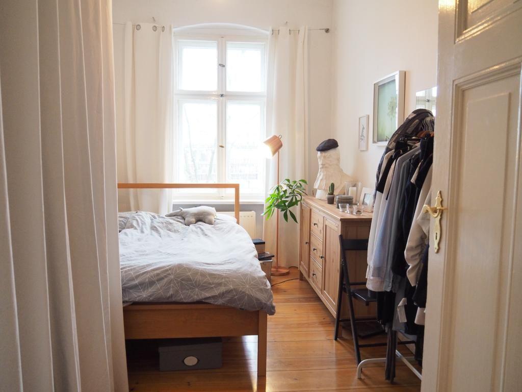 Schlafzimmer Anrichte ~ Helles schlafzimmer mit doppelbett und schöner kommode