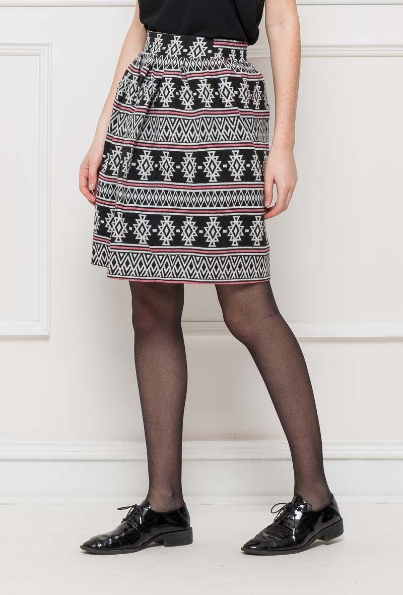 be93db5cd1cc9 Céveine - Cette jupe patineuse de style ethnique est plutôt rigide et  épaisse, elle sera