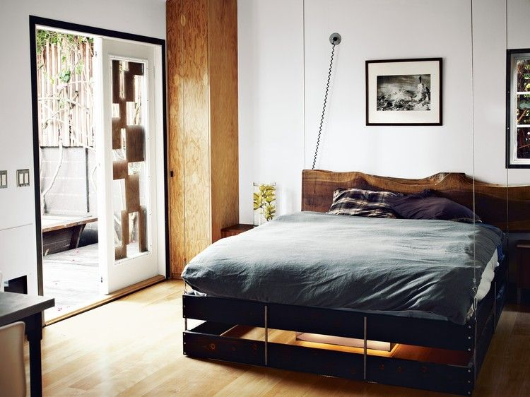 Platzsparende Raumlösung – Bett an die Decke hängen