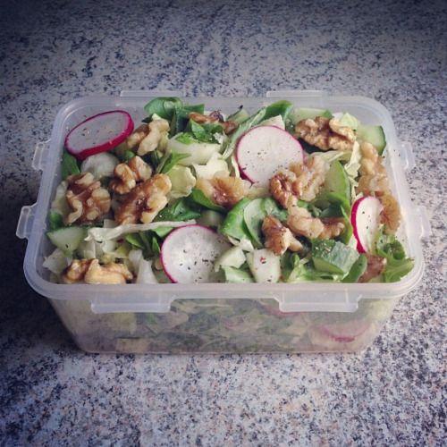 Gemischter Salat mit Walnüssen.