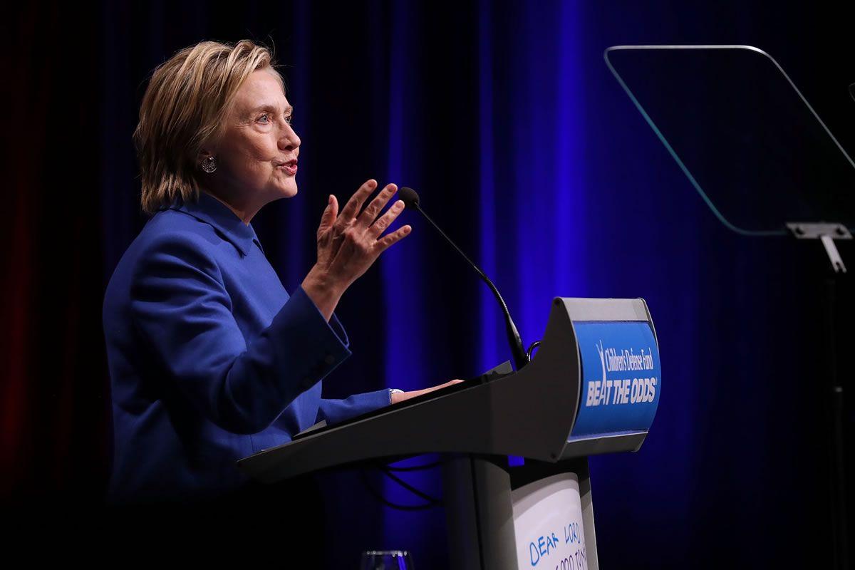 Clinton pide a sus simpatizantes compromiso para superar la presidencia de Trump