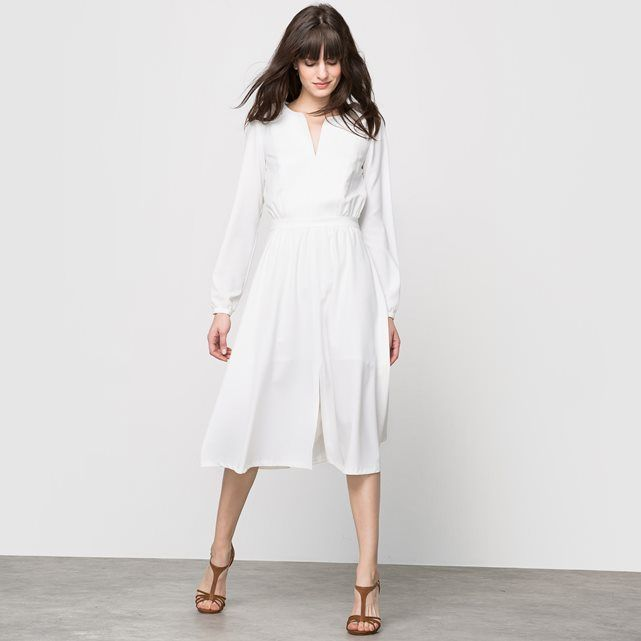 LAURA CLEMENT long-sleeved dress. Matching belt. Round slit neckline at the front. Buttoned cuffs. Front slit. Length 110 cm. 90% polyester, 10% elastane.100% polyester lining (white option only).
