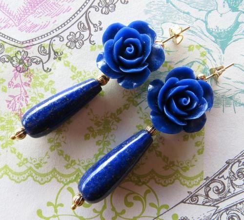 Orecchini con rose blu in corallo e gocce di lapis di Sofiasbijoux, €32.00
