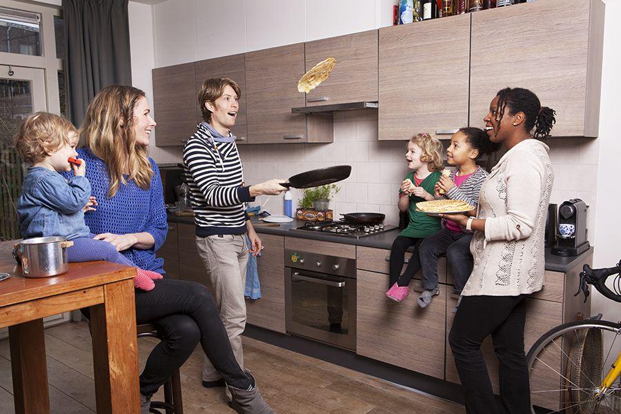 Eten is een feest. En al helemaal als je het met je buren deelt. Dus bakken Jan Thij, Marieke, Kaatje (3) en Evi (1) uit Utrecht pannenkoeken met kaas en eten die gezellig samen op met hun buurvrouw Geneva en dochter Alicia (4).