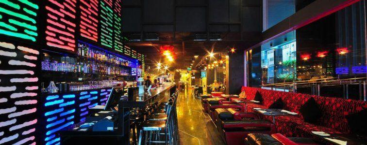 يقع فندق غاليريا سوكومفيت Galleria 10 Sukhumvit Bangkok على بعد خطوات من المطاعم العربية ومنطقة نانا و 5 دقائق سيرًا على الأقدام من محطة سوكومفيت لمترو الأنفاق، وعلى بعد 20 كم من مطار سوفارنابومي.
