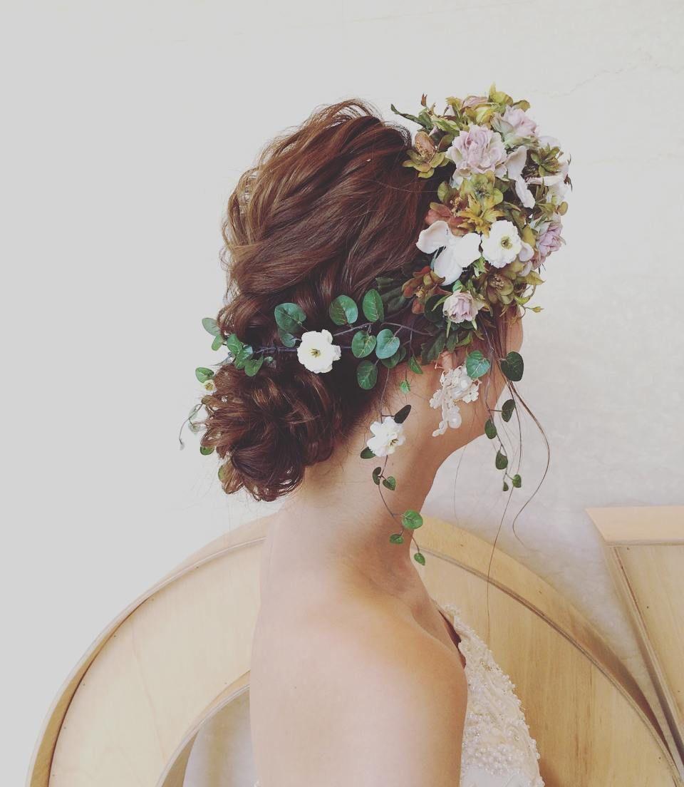 大人ナチュラル 花嫁ヘアに ワイヤープランツの造花 をトッピング