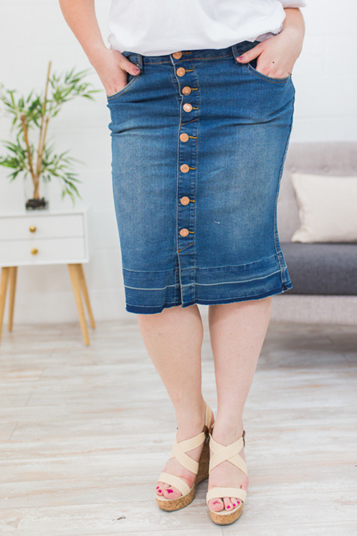48bddbbdfab This curvy denim skirt is a perfect modest skirt for spring! Shop plus size  outfits here!  plussize  plussizeoutfit