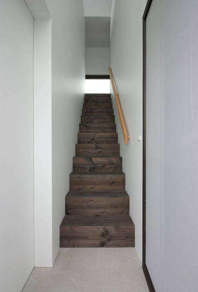 Basement Stair Landing Decorating: Simple Wooden Enclosed Staircase