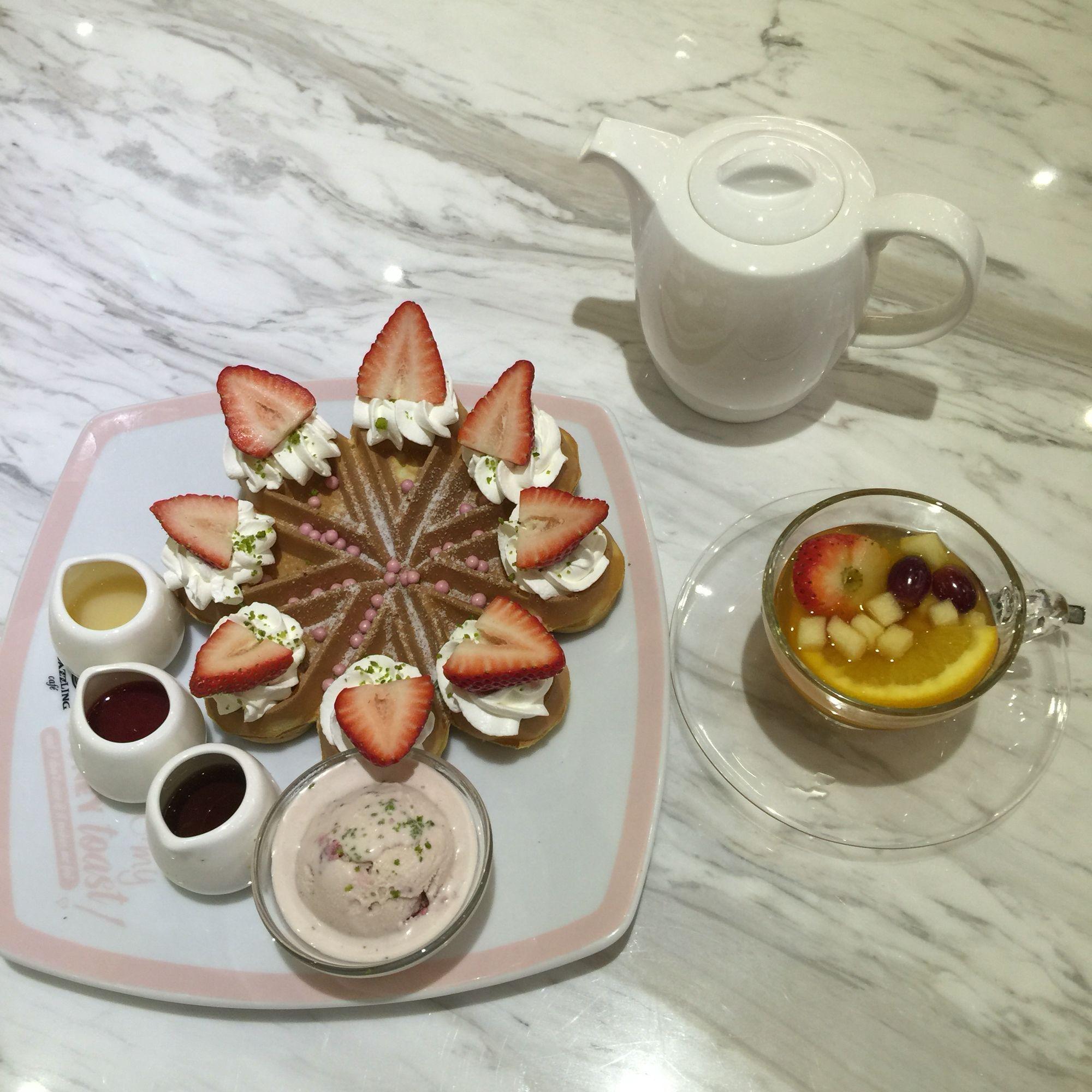 Fruit tea & strawberry waffle at Dazzling cafe