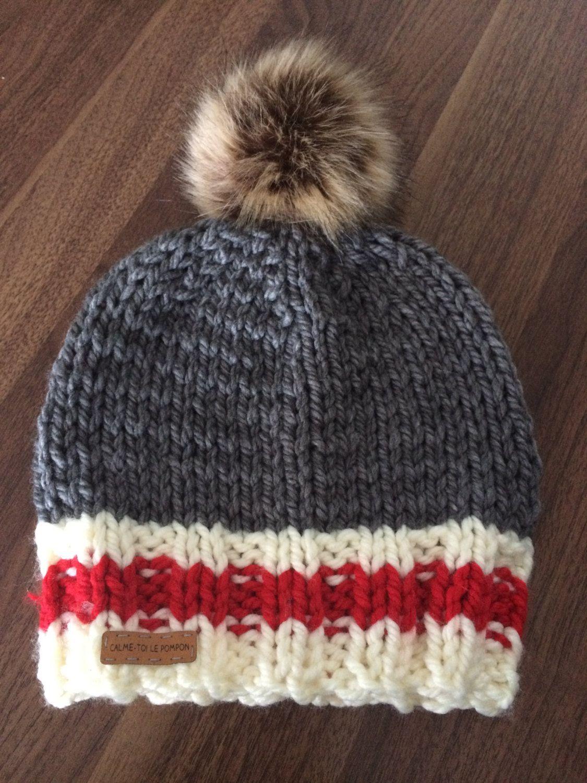 Un bonnet aux couleurs typiques des bas de laine chauds et réconfortants.  Crème, rouge et gris, ses couleurs sagencent avec tout. 845fe715b15