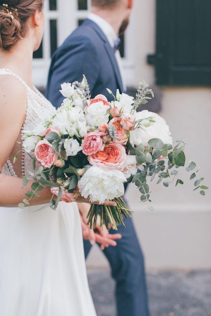 Brautstrauss Sommer Mit Eukalyptus In Weiss Rosa Apricot L Brautstrauss L B Hochzeit Bridal Bouquet Summer Summer Wedding Bouquets Wedding Themes Summer
