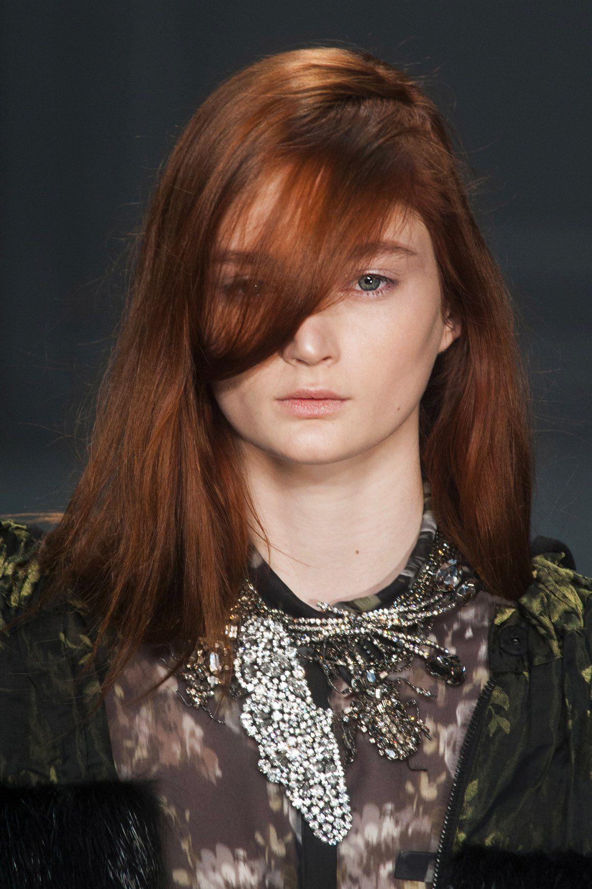 Une mèche sur le côté, la coupe simple et efficace sur des cheveux longs (avec images) | Idées ...