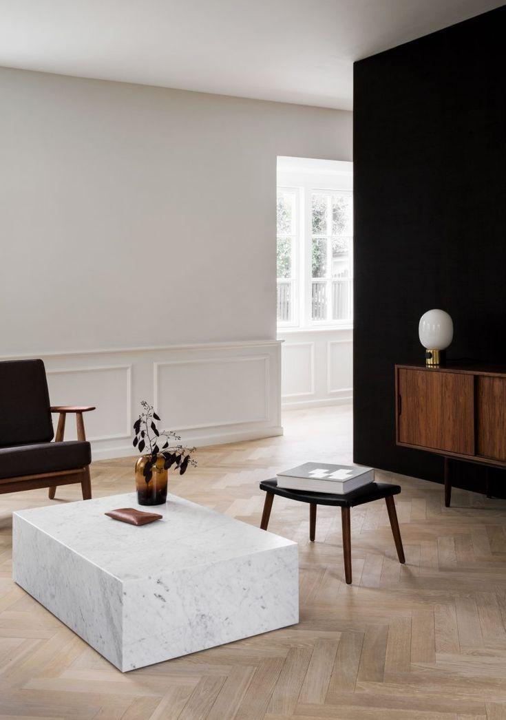Räuchereiche und Stein kontrastieren mit hellen Innenräumen des von Norm Archi…