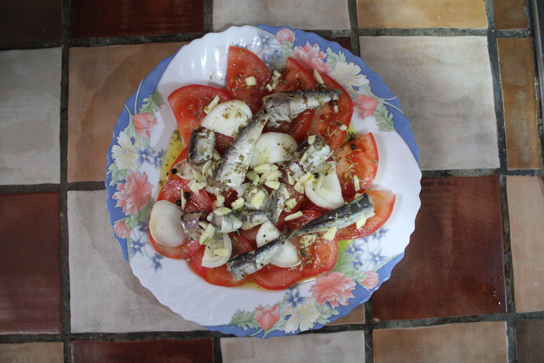 sardinillas picantes en conserva con tomate y una vinagreta