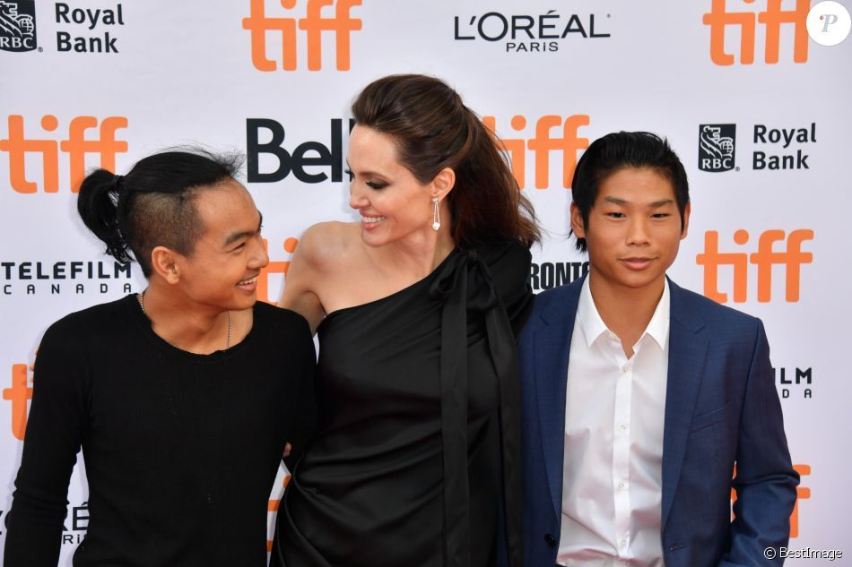Angelina Jolie Maman Fiere Et Radieuse Avec Maddox 16 An Pax 13 Film Joli First They Killed My Father Essay