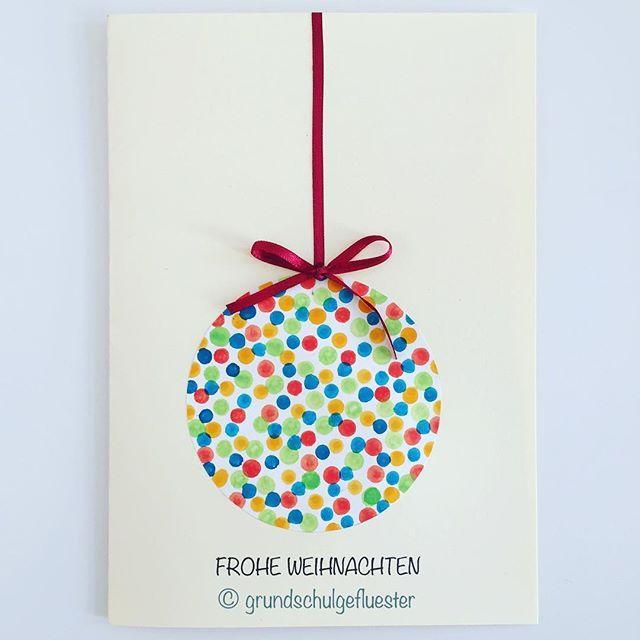 Passend zu der Christbaumkugel als Weihnachtsgeschenk wird dieses Jahr auch die Weihnachtskarte im Kunstunterricht gestaltet ⭐️ - ganz schlicht und einfach  Man benötigt nur Papier bzw. Tonpapier, den Farbkasten oder Gouache  und Wattestäbchen. Dann werden die Punkte mit Hilfe einer Schablone entweder direkt mit den Wattestäbchen auf das Tonpapier oder erst auf ein Papier (mit einem vorgegebenen Kreis drauf) getupft  Die zweite Variante ist etwas leichter, da der Kreis im Anschl... #adventkalenderbasteln