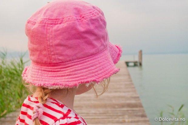 Liten jente speider ut på sjøen. Her ved  Sirmione ved Gardasjøen