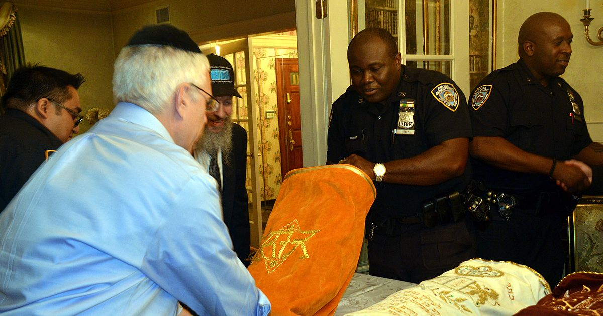 Torah Scroll Honors Memories of Slain Dallas Police Officers - It will be sent to another Texas town, where young professionals will use it for minyan - Chabad-Lubavitch News