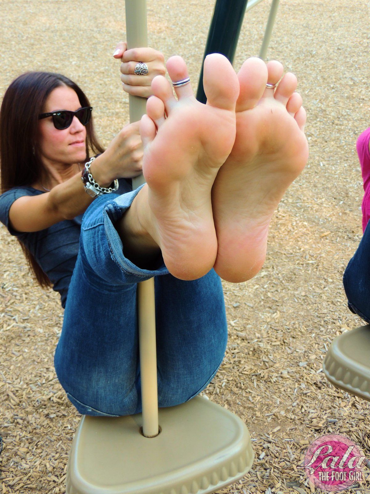 Beautiful barefoot girls 13 leslie gibson 1