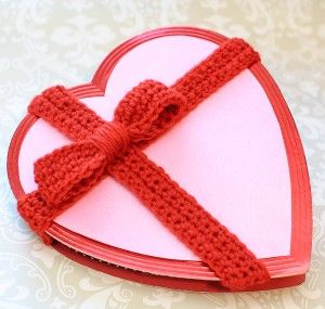 Decorate a Plain Valentine's Box with this Crochet Bow Pattern #crochetbowpattern