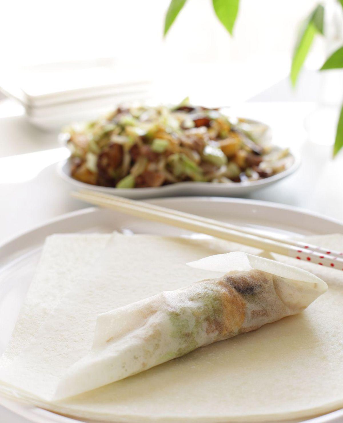 Loempia's zijn niet alleen super lekker, gelukkig ook eenvoudig om te maken! Loempia vouwen Je kunt de loempia's frituren in een pan, of ervoor kiezen de loempia's in de oven te schuiven. Net zo smakelijk! Ook kan je filodeeg gebruiken…