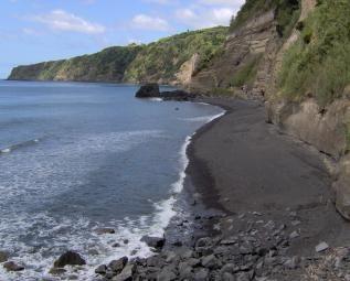 Praia da Amora - Lobeira. Sao Miguel, Azores. #Hiking Difficulty Level: Medium. 5.7 km; 2.5 hours. Flora: Grapevine.