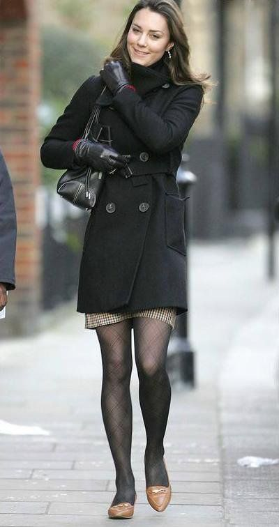 Gorgeous coat! I just wish that she'd worn it with boots ...