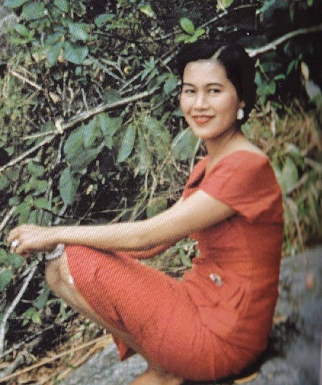 สมเด็จพันปีหลวง: ปักพินโดย Paweewan Wimana ใน Our Beloved Thai King&Queen