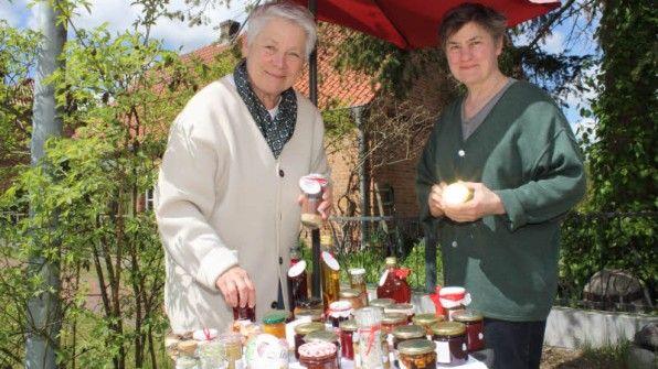 Carmen M. Borchers (l.) und Julija Polonskaja-Günther machen aus den Schätzen der Elbregion kleine Delikatessen.