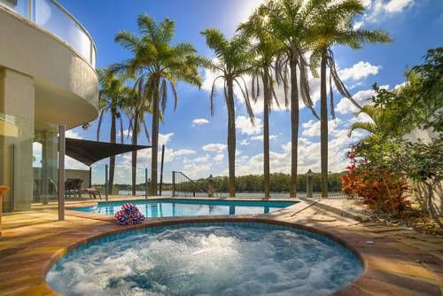 Holiday Home Sanctuary Cove Blue Sanctuary Cove Situated in Gold Coast, this air-conditioned holiday home features free WiFi, a spa bath and a balcony with river views. Guests benefit from patio. Free private parking is available on site.