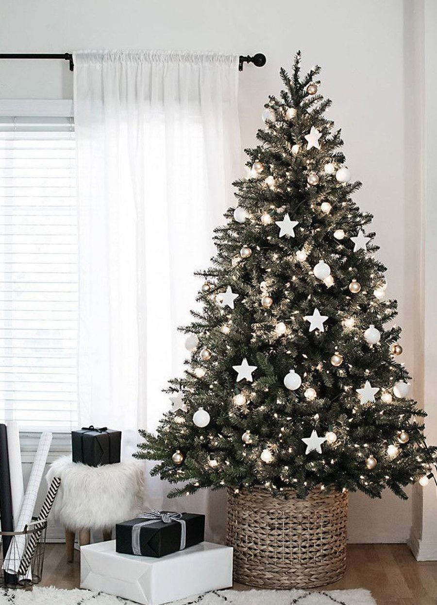Rich Christmas Tree With Minimum Decorations