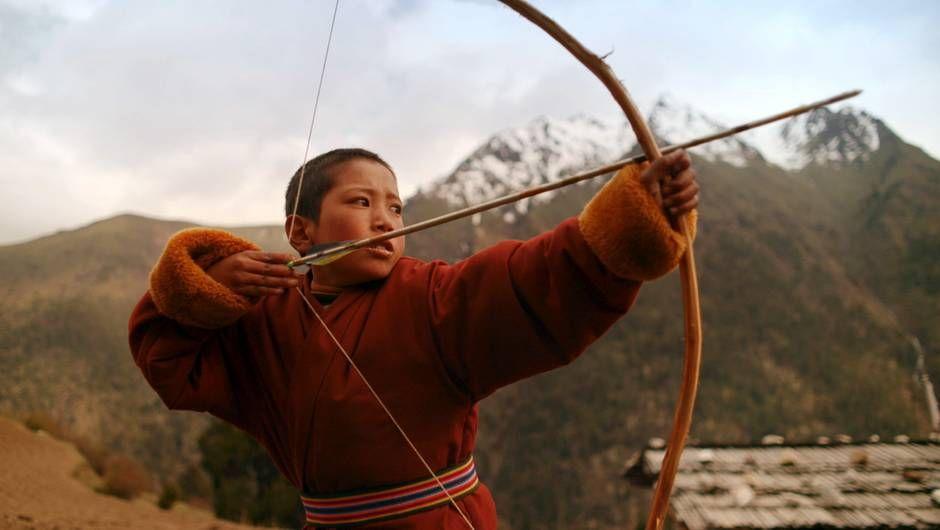 Der achtjährige Pyangke beim Bogenschießen in seinem Gebirgsdorf in Butan