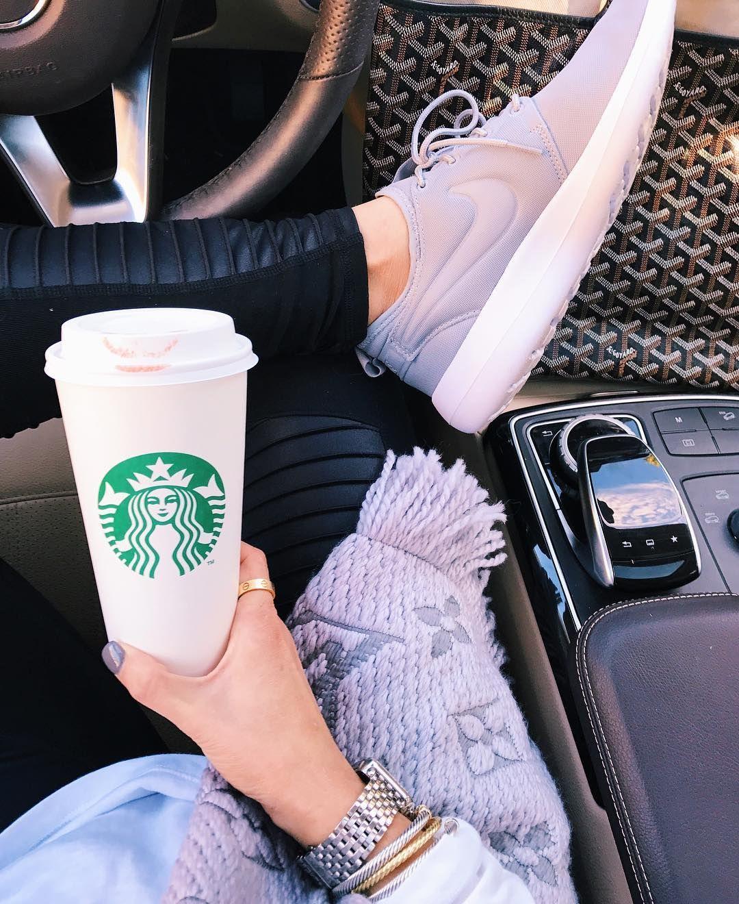 фото кофе старбакс в женских руках в машине самостоятельное растение, обладающее