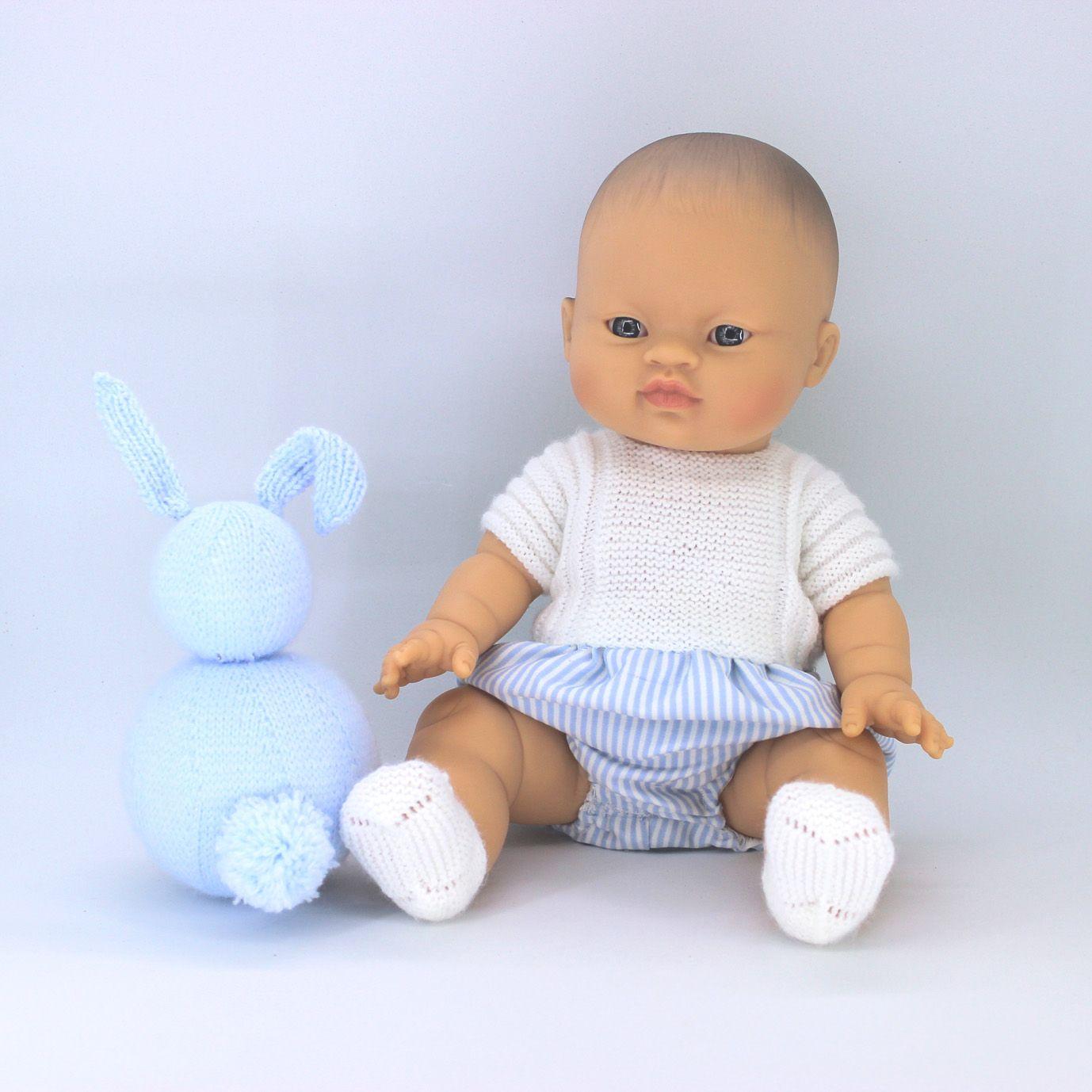 Patrón conjunto pelele lana y tela y zapatos punto dos agujas mi primer Nenuco 32 cm y Gordis de Paola Reina de 34 cm