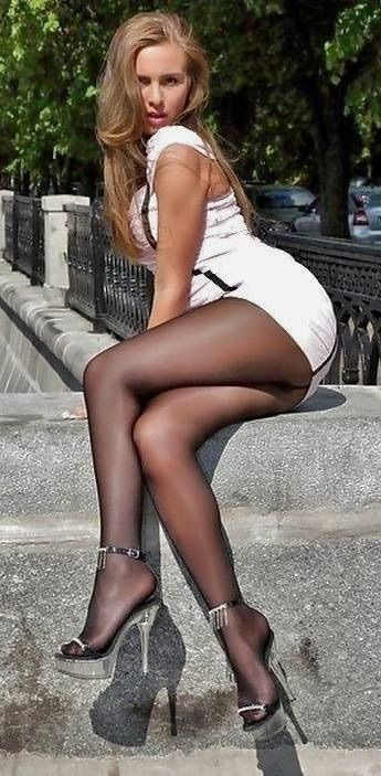 naked babes whith short skirts showing of ass