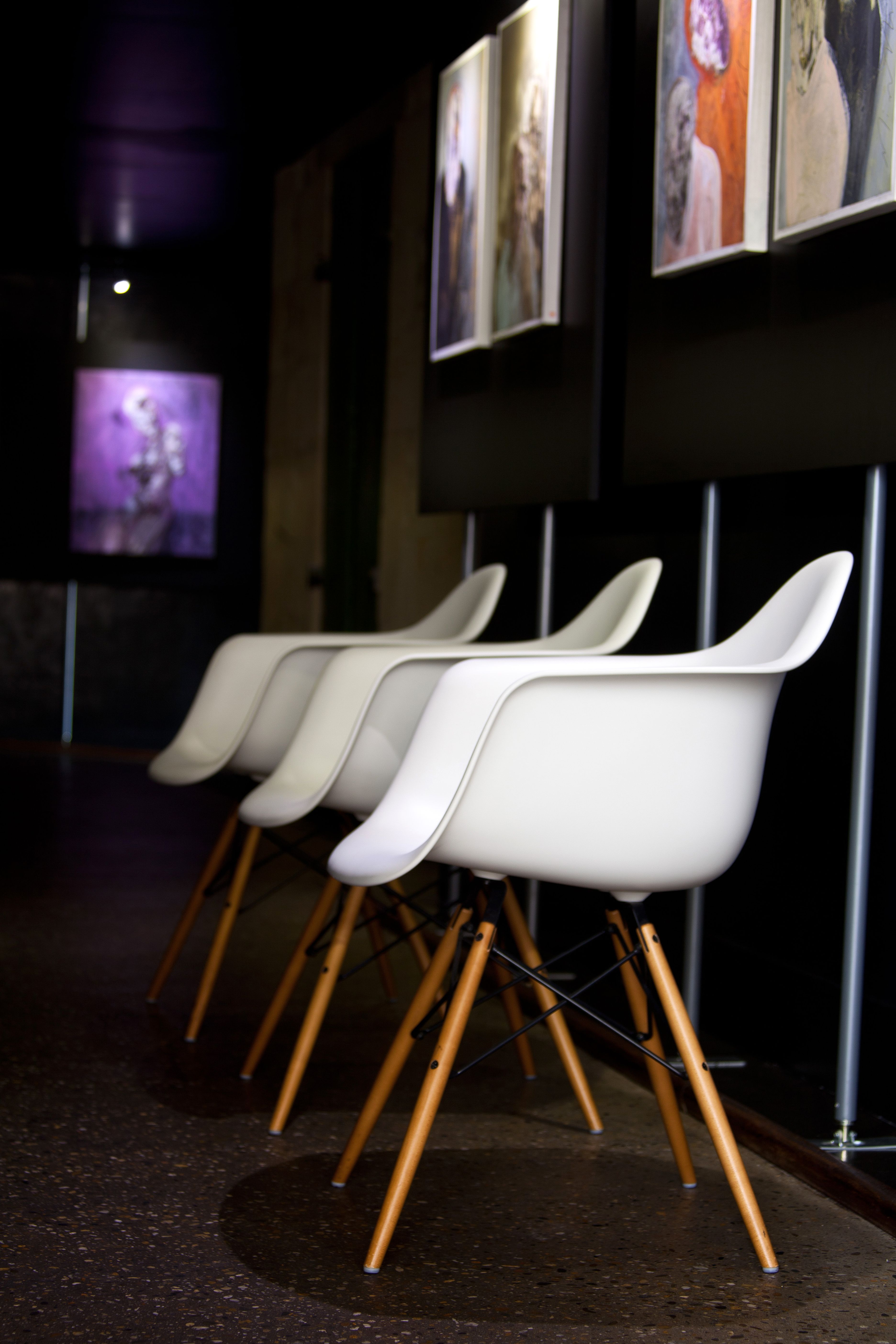 Chaise « Daw » coque blanche & coque noire Eames Charles et Ray ...