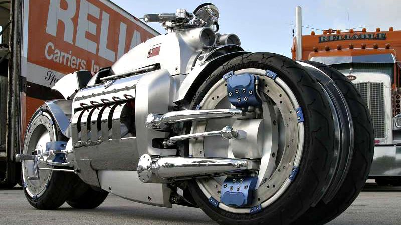 Pouco peso, muita potência: existe combinação mais insana e matadora (em todos os sentidos) que uma moto com motor de carro? Do boxer do Fusca aos V8 big block, aqui estão as motos mais insanas feitas com motor de carro. Confira!