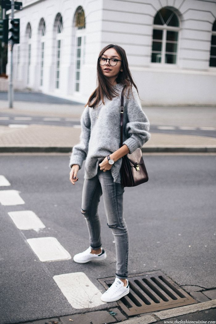 6a39cf2ea3 H M trend grey oversized jumper worn with Forever 21 ripped knee jeans and  Stan Smith sneakers