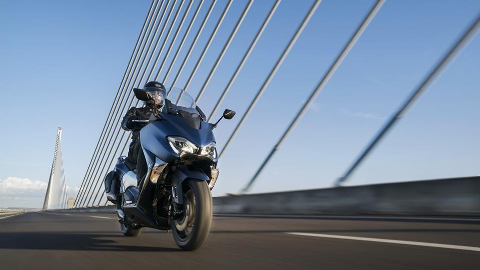 2017-Yamaha-TMAX-DX-EU-Phantom-Blue-Action-002