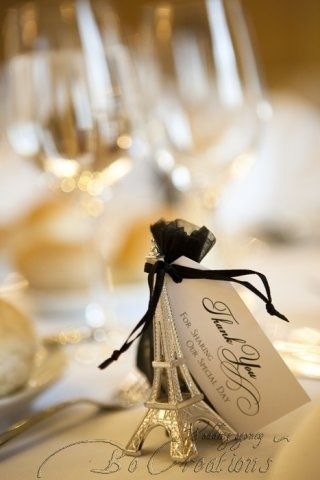 Place card setting  mini Eiffel tower. Your guests will love to keep it !