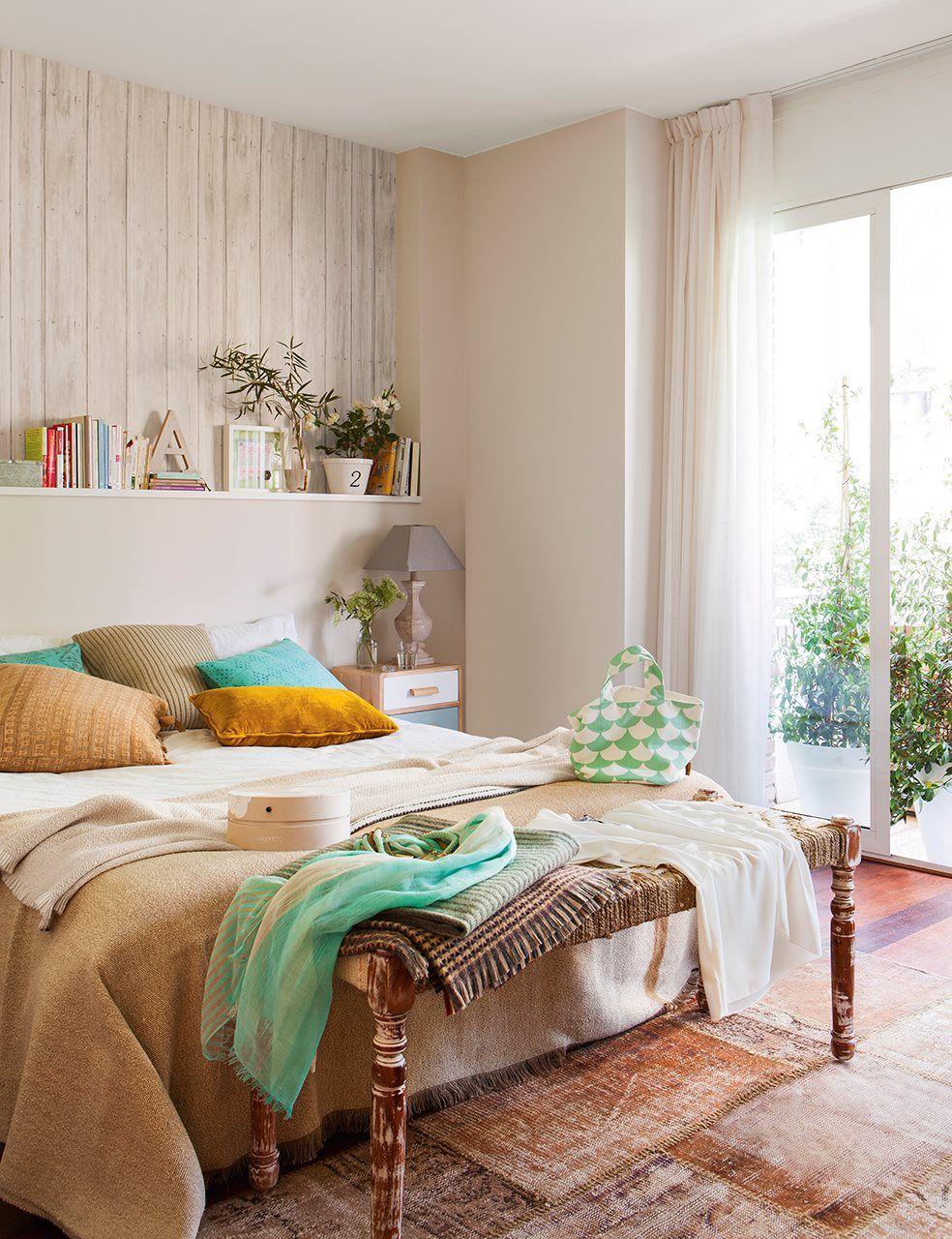 Dormitorio principal con cabecero de obra y banqueta a los pies de ...