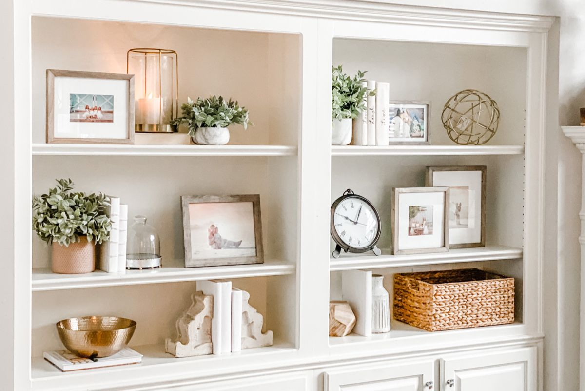 Learn how to style your bookcases and book shelves! Read 10 tips from HGTV writer / HomeGoods national Style Expert, @jennyreimold! See the steps and shop the decor.