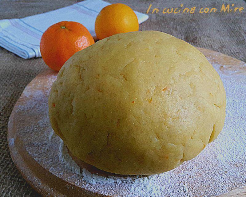 La pasta frolla arancia ha un gusto particolare delicato e profumoso, può essere usata come base per fare i biscotti e le crostate così buone.