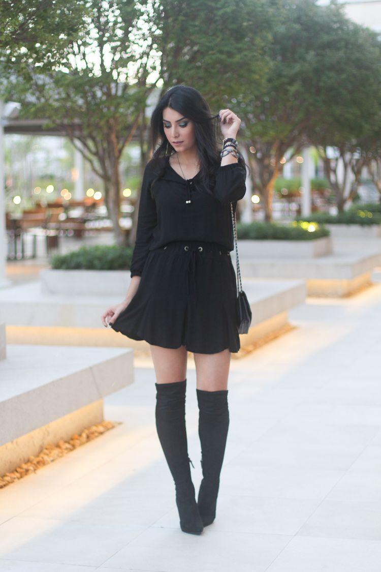 Vestido preto rodado com bota
