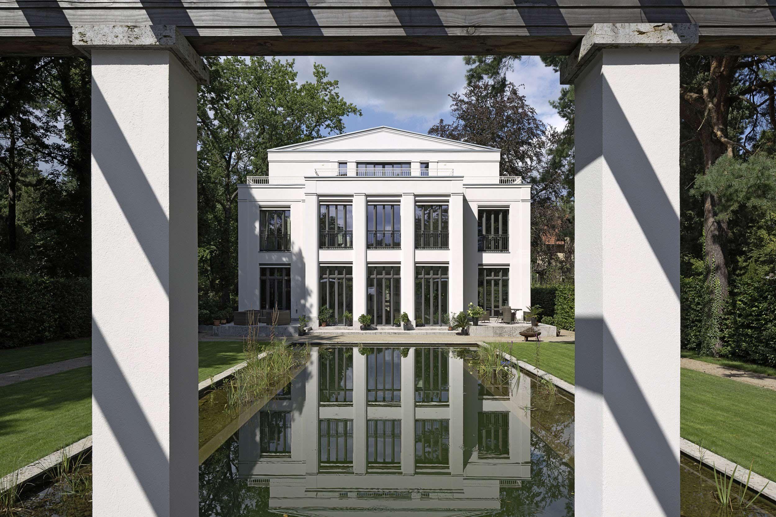 klassisch profilierte atelierfenster eröffnen einen wunderbaren, Garten und erstellen