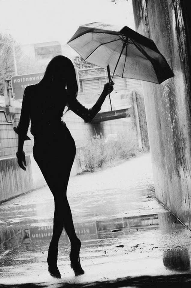 Risultato immagini per donna ombrello bianco e nero